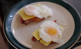 eggs benedict with crispy bacon (15)